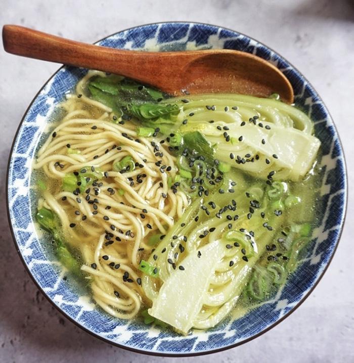 Soupe chinoise de Pak Choi et nouilles - Sauce N'oye Sésame & Piment du Japon