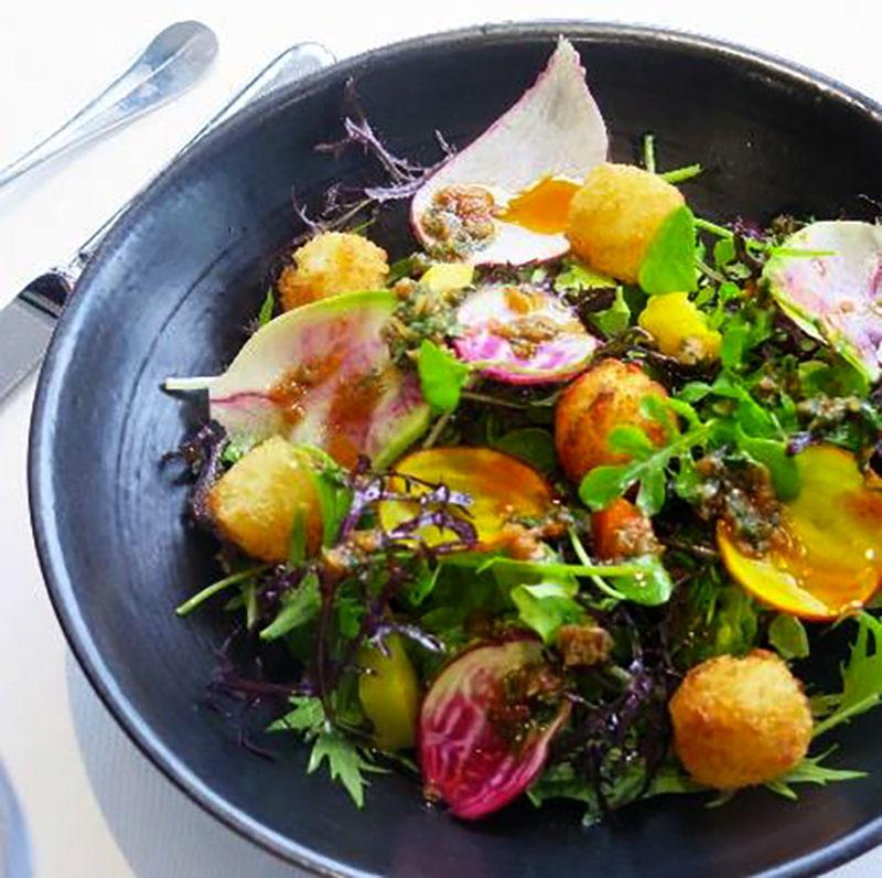 Salade gourmande, cromesquis de camembert, sauce Saté & menthe